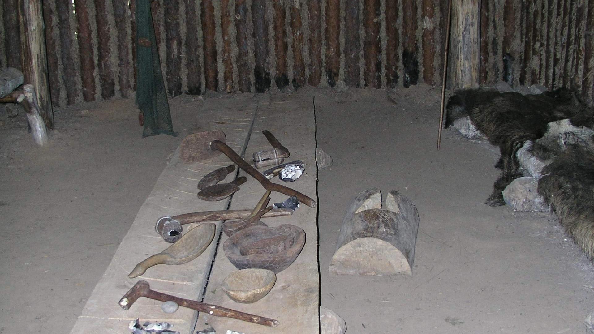 Pilkapio ekspozicija ir akmens amžiaus būstas